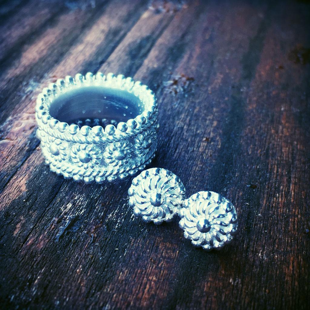 Silberring und Ohrringe erhältlich im Onlineshop auf www.silberglanz.ch.