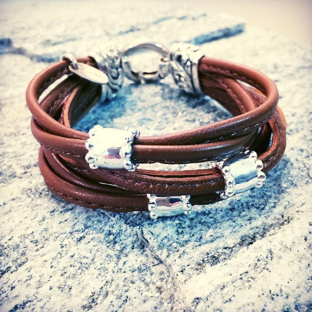 Ein selber gemachtes Armband aus echtem Silber mit Leder kombiniert von SilberGlanz Hinwil Schweiz.