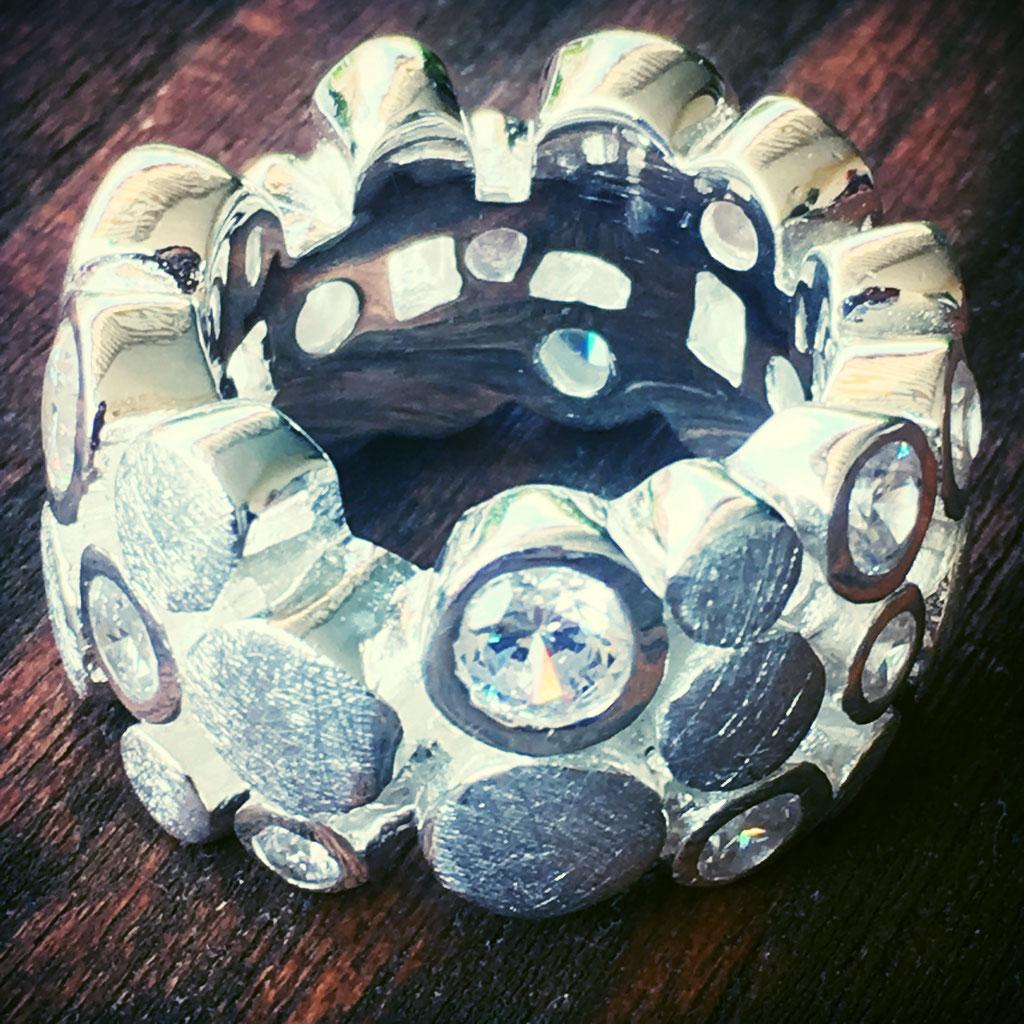 Dieser Ring ist im Onlineshop von SilberGlanz erhältlich.