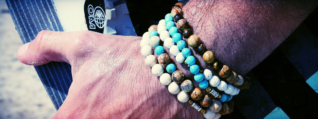 Armbänder auch für Herren aus Halbedelsteinen oder Holz.