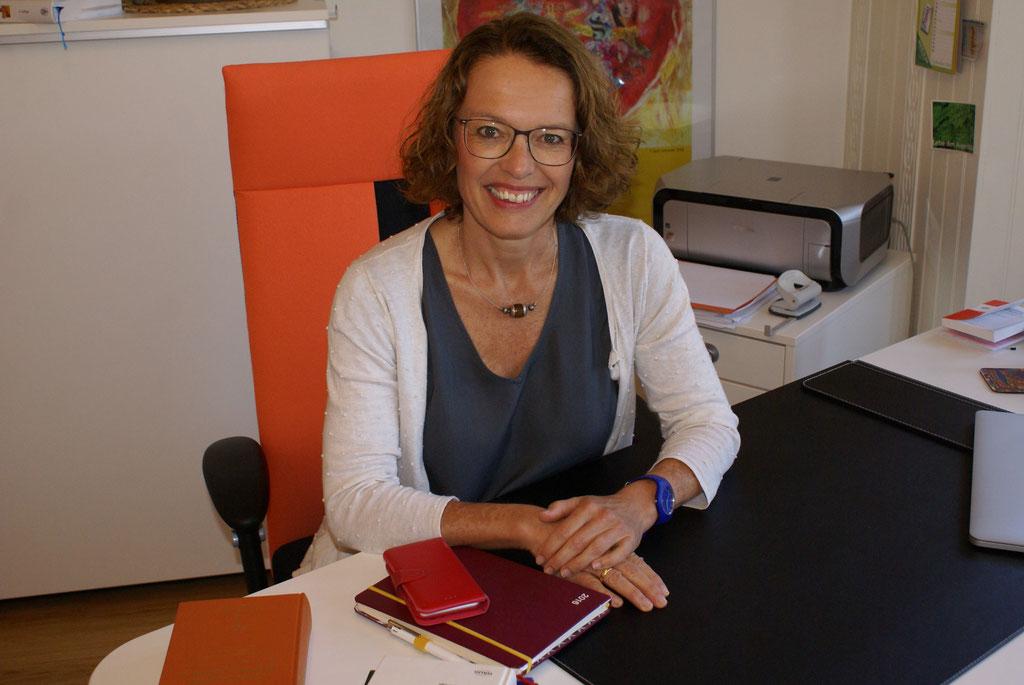 Heilpraktikerin Kerstin Stephan am Schreibtisch, Foto M. Stallmann