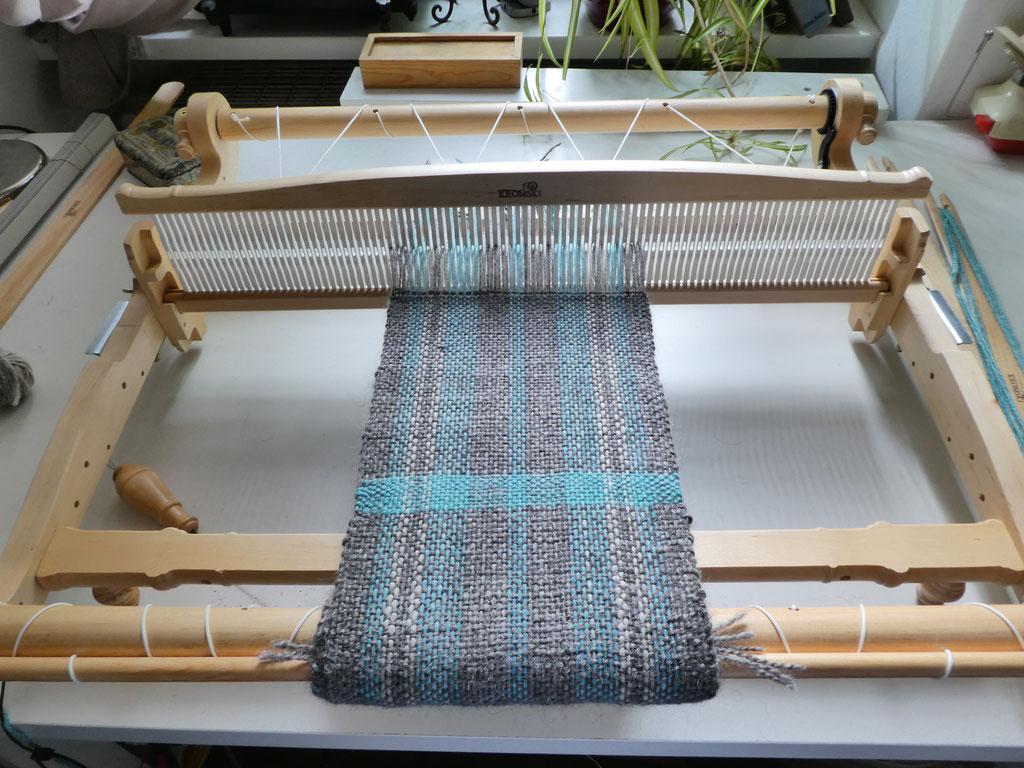 Erstes Webstück. Knappe 20cm breit. Das Grau ist vom Gotlandschaf, das Blaue Bluefaceleicester mit Seide (Handgefärbt) und das Helle ist ein Rest Neuseelandlamm.