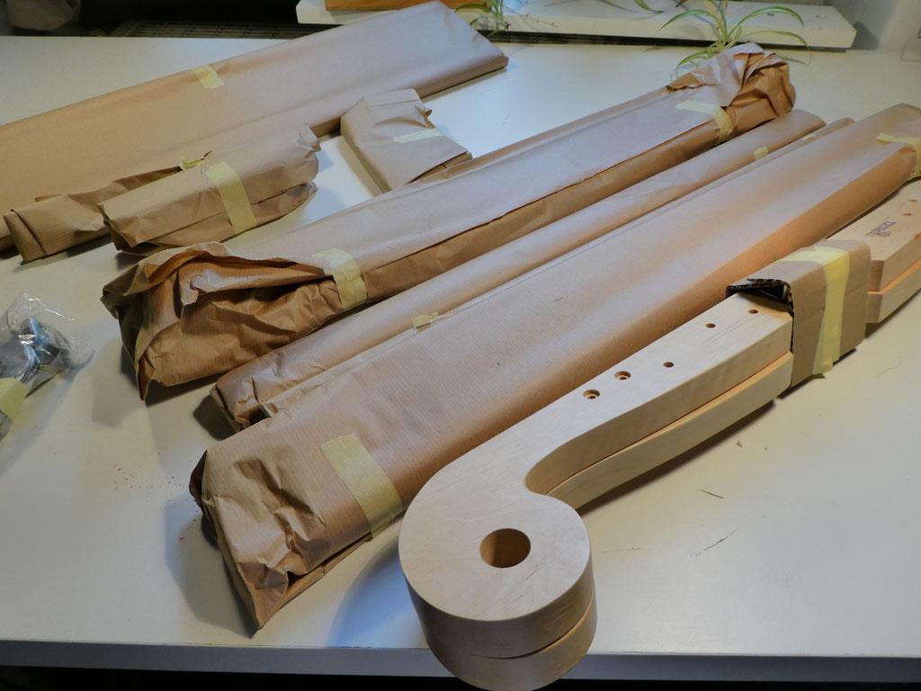 Die verpackten Einzelteile der Kromski Webharfe.