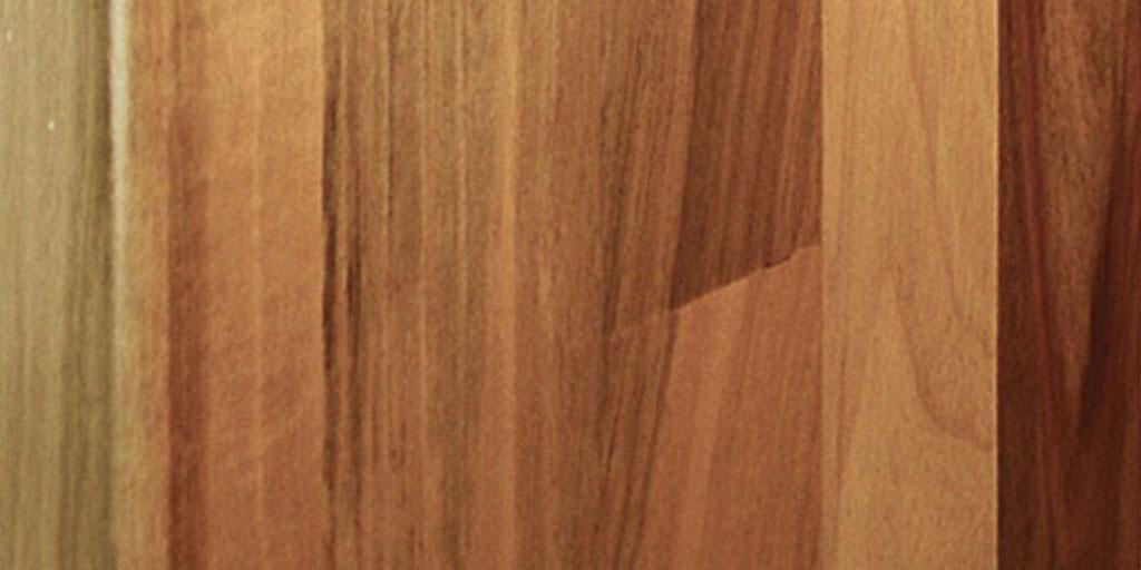 Die richtige Pflege und Reinigung für Holztreppen: für helles und für dunkles Holz
