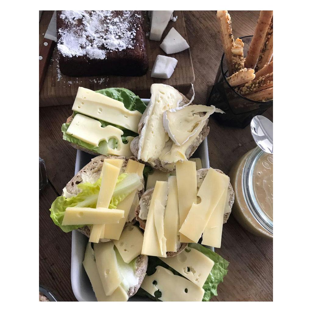 Neben den belegten Broten gab es selbstgemachte Erdnussbutter aus Erdnüssen und Diestelöl - zack in Mixer & fertig.