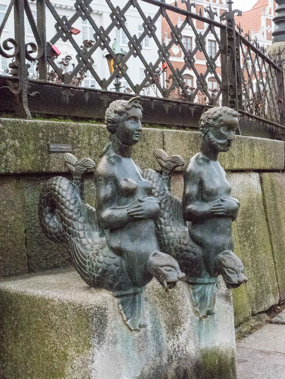 Bild: Figuren am Brunnen auf dem Marktplatz in Wismar