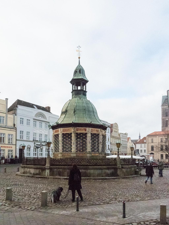 Bild: Der Brunnen auf dem Marktplatz von Wismar