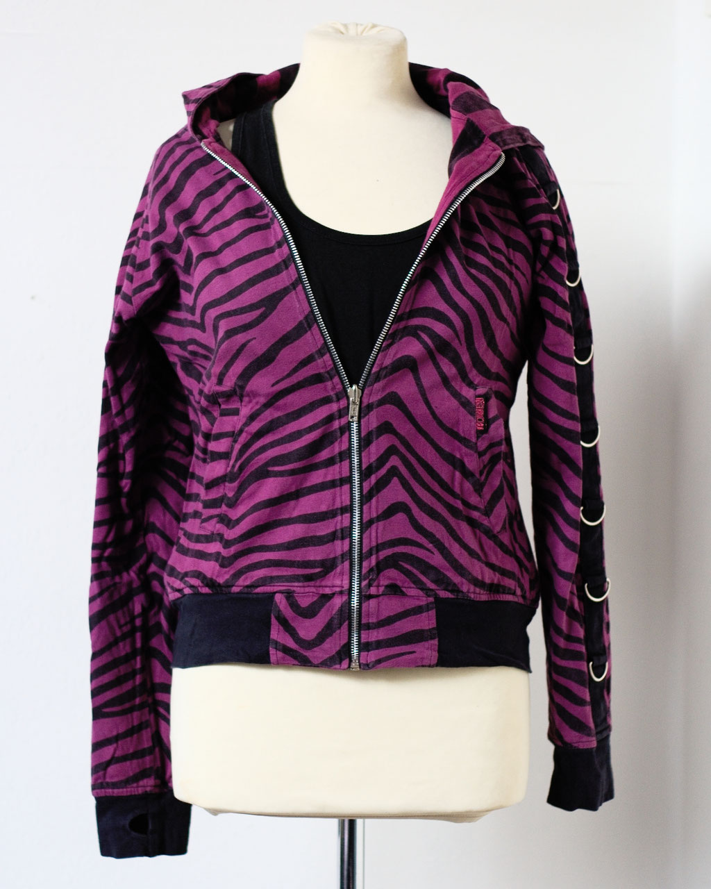 Flohmarkt: Pullis und Jacken - Poizen Industries Wendejacke lila Zebra - Zebraspider DIY Anti-Fashion Blog