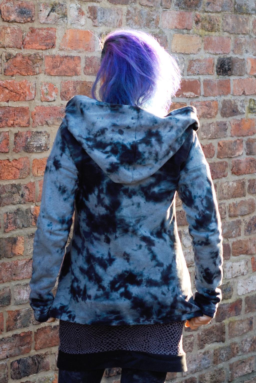 Gefärbter Sweat-Cardigan für den Herbst - Fleckenfärbung hinten - Zebraspider DIY Anti-Fashion Blog