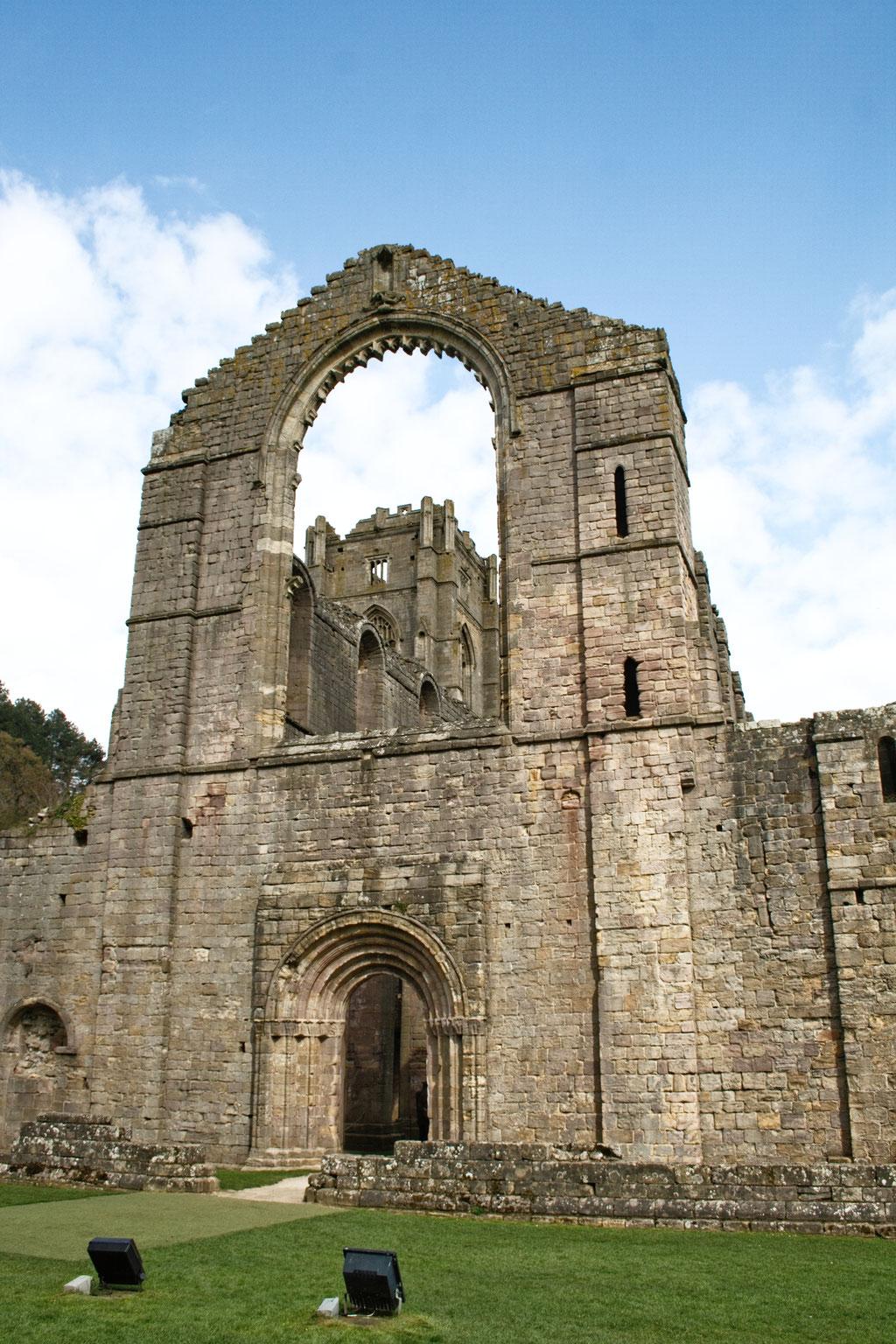 Die Ruinen der Fountains Abbey - Eingang Kirche - Zebraspider DIY Anti-Fashion Blog