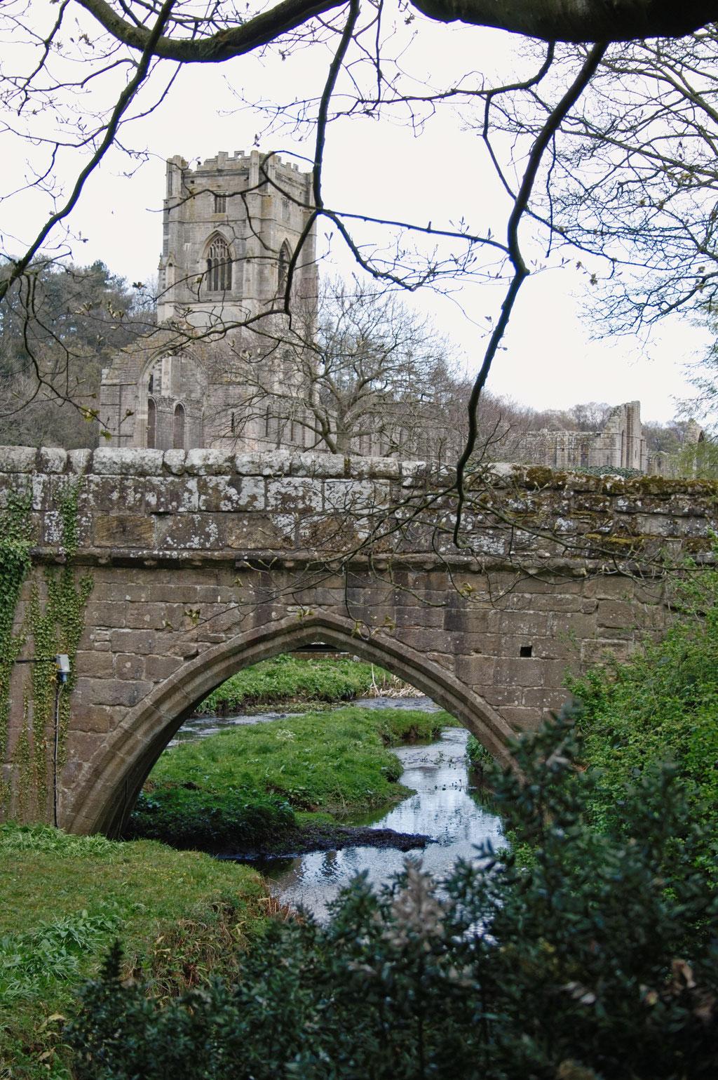 Die Ruinen der Fountains Abbey - Fluß und Brücke - Zebraspider DIY Anti-Fashion Blog