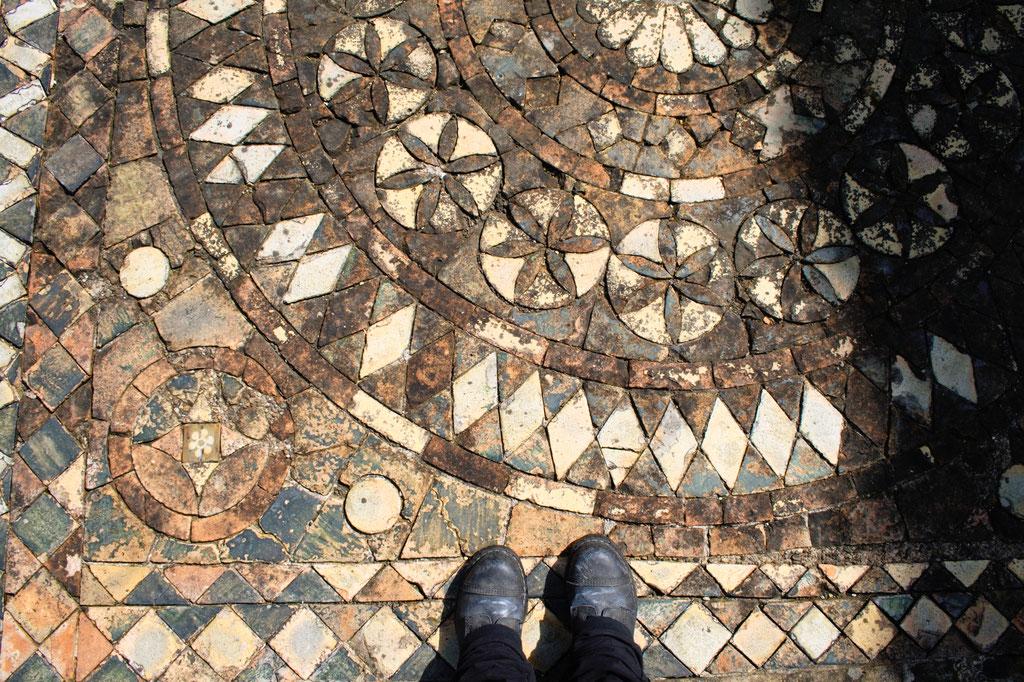 Die Ruinen der Byland Abbey - Bodenfliesen Muster- Zebraspider DIY Anti-Fashion Blog