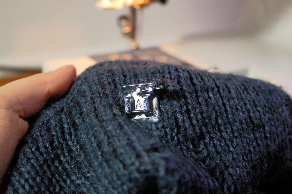 Strickpulli ruinieren mit Laufmaschen und Stil - Nähmaschinenfüßchen - Zebraspider DIY Anti-Fashion Blog