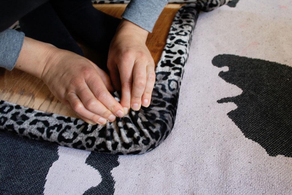 Leo-/Zebrafellstühle - Stoff an der Ecke - Zebraspider DIY Blog