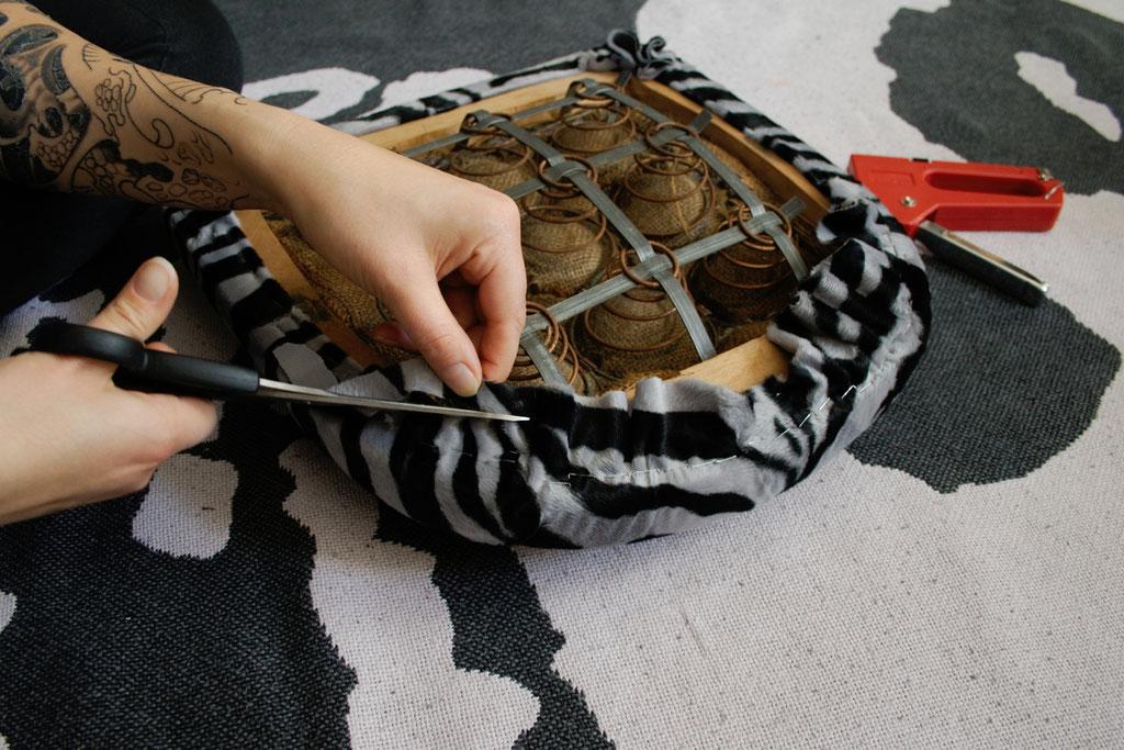 Leo-/Zebrafellstühle - Stoff abschneiden - Zebraspider DIY Blog