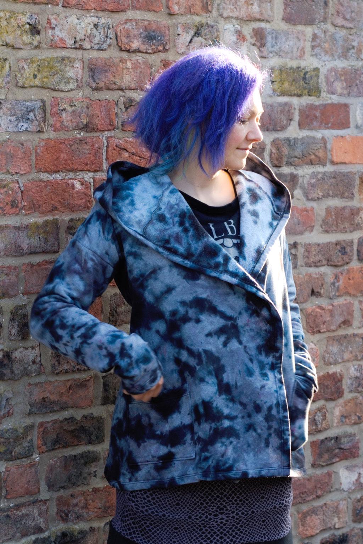 Gefärbter Sweat-Cardigan für den Herbst - Fleckenfärbung vorne - Zebraspider DIY Anti-Fashion Blog