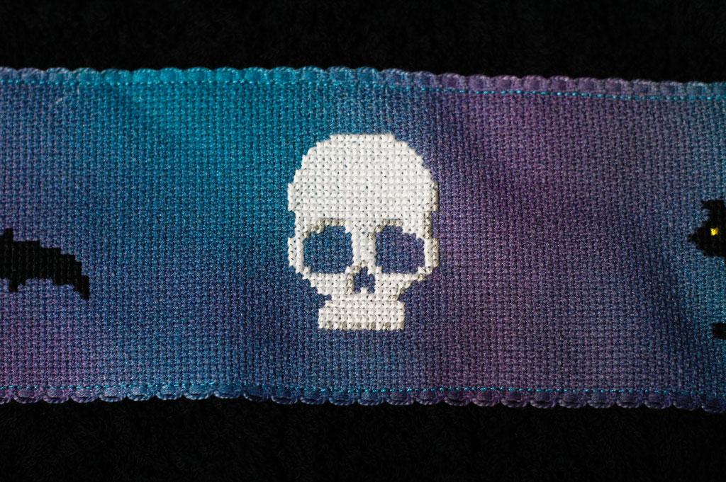 Halloween DIYs Part 2 - Spooky Cross-stitch Towel Skull - Zebraspider Eco Anti-Fashion