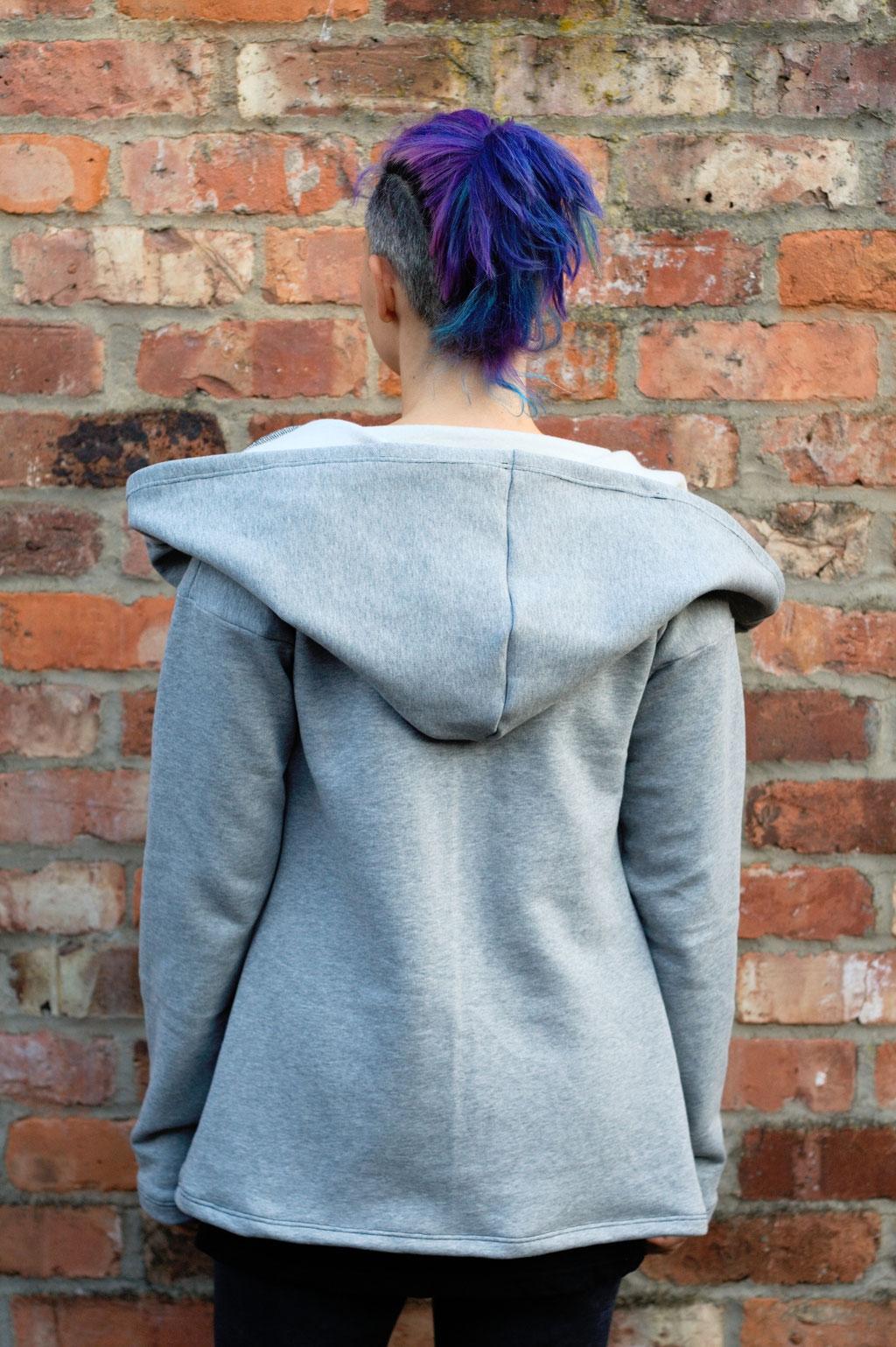 Gefärbter Sweat-Cardigan für den Herbst - hellgrau genäht - Zebraspider DIY Anti-Fashion Blog