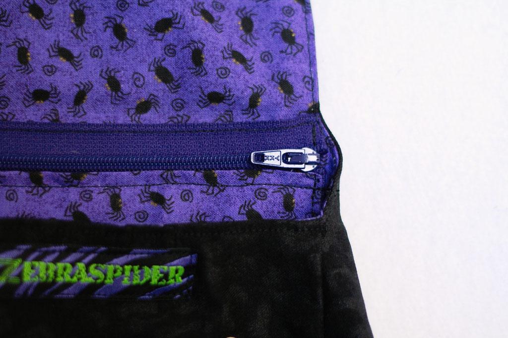 4 Aufträge und eine eigene Gürteltasche - kleine Spinnen auf lila und Reißverschluss Innentasche - Zebraspider DIY Anti-Fashion Blog