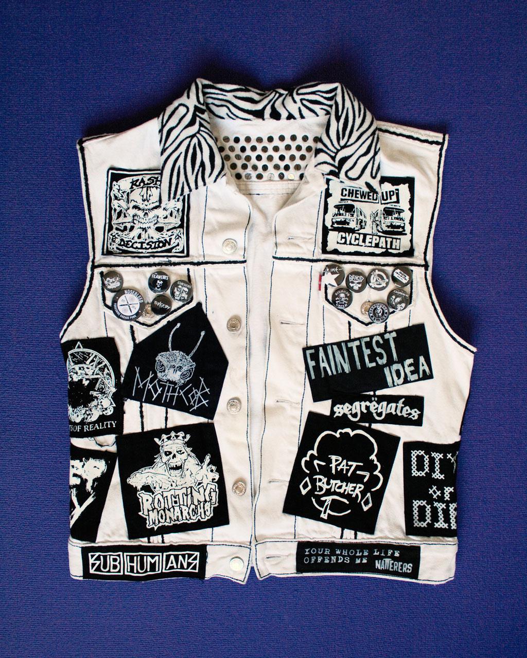 Mehr schwarz auf der weißen Weste - vorne Aufnäher, Buttons und Zebrakragen - Zebraspider DIY Anti-Fashion Blog
