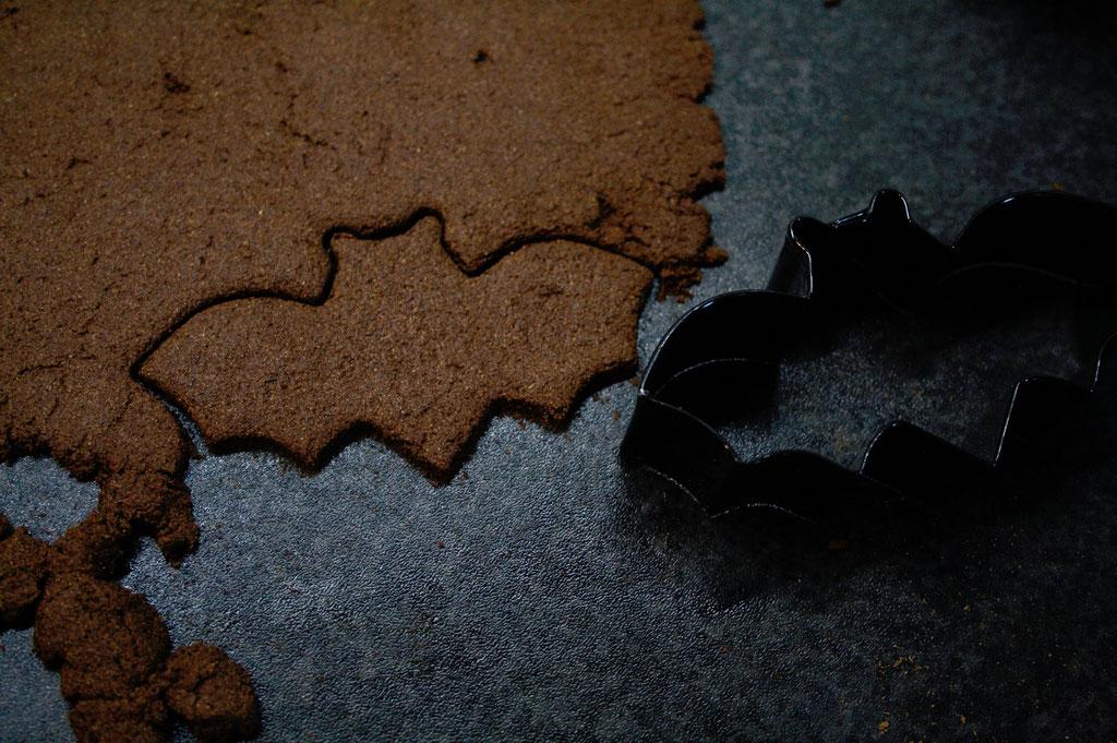 Halloween DIYs Part 1 - cinnamon bats cookie cutting - Zebraspider Eco Anti-Fashion