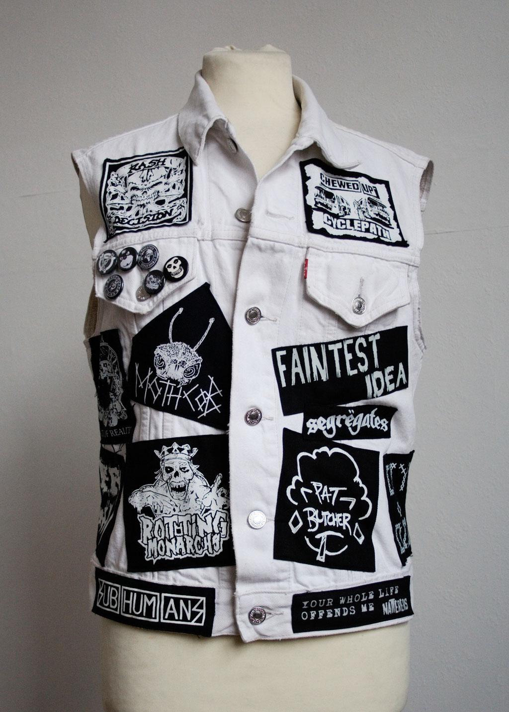 Die nicht mehr ganz so weiße Weste - vorne englische Bands- Zebraspider DIY Anti-Fashion Blog