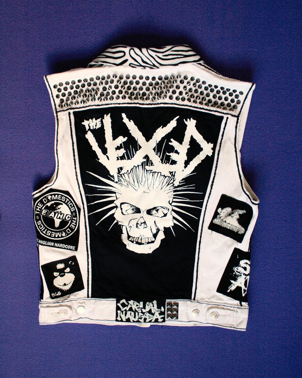 Mehr schwarz auf der weißen Weste - hinten Rückenaufnäher und Nieten - Zebraspider DIY Anti-Fashion Blog