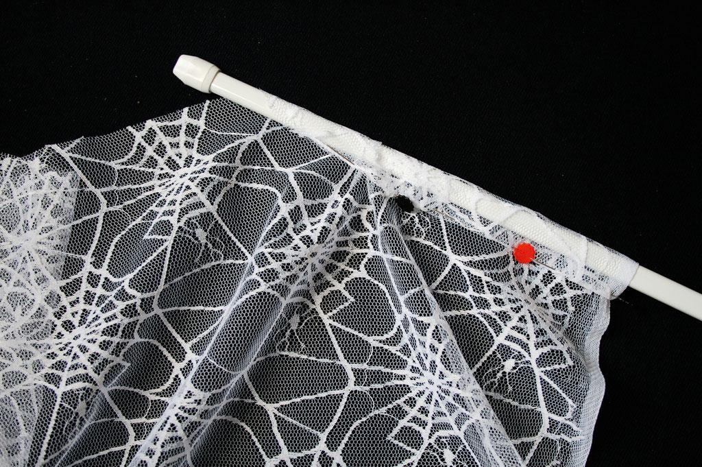 Coole Klamotten auch für die Fenster - Spinnennetz stecken - Zebraspider DIY Anti-Fashion Blog
