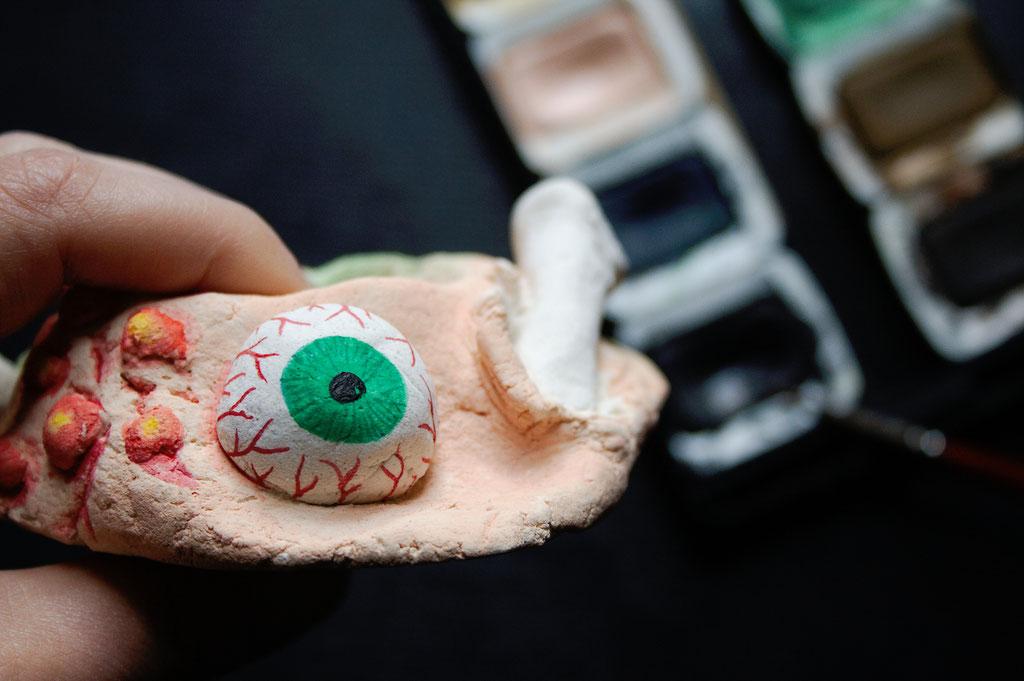 Halloween DIYs Part 2 - Horror Candle Holder painting eyeball - Zebraspider Eco Anti-Fashion