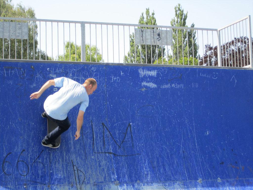 Skateboardprofis heizen in der Halfpipe die Stimmung auf