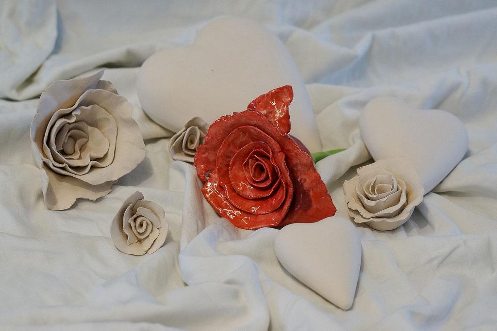 Rosenköpfe aus Ton für die Beschmückung der Urnen. Möglich in verschiedenen Farben und Glasuren.
