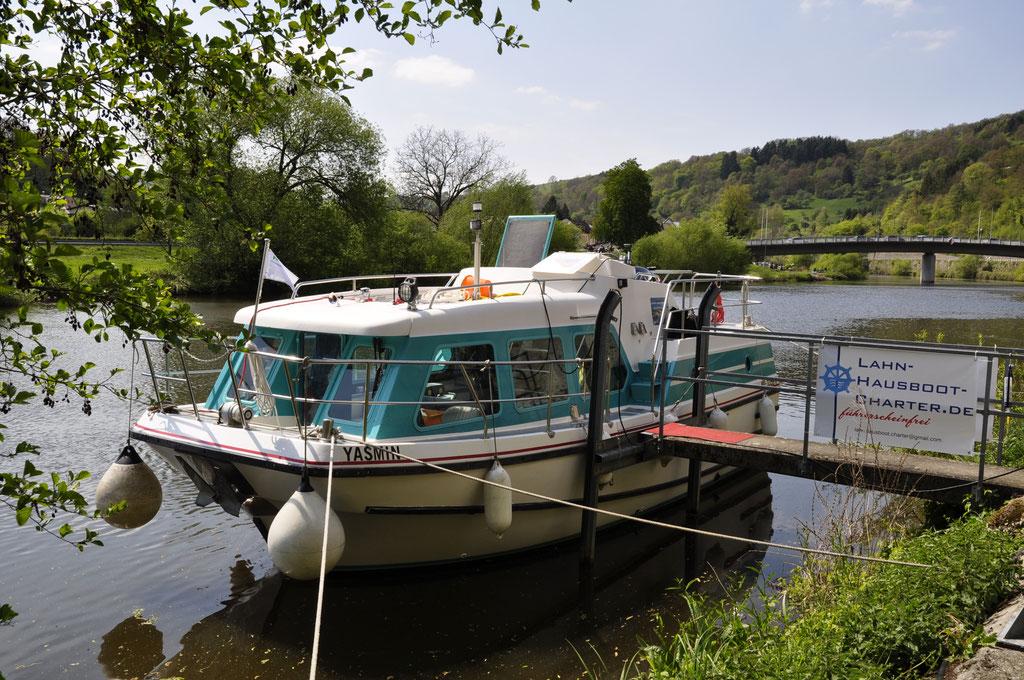 Charter-Yacht von Backbord/Vorschiff