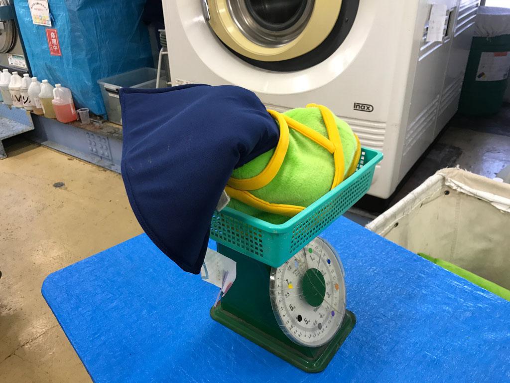 着ぐるみのクリーニング前後に重量チェックをし、乾燥状態を確認いたします