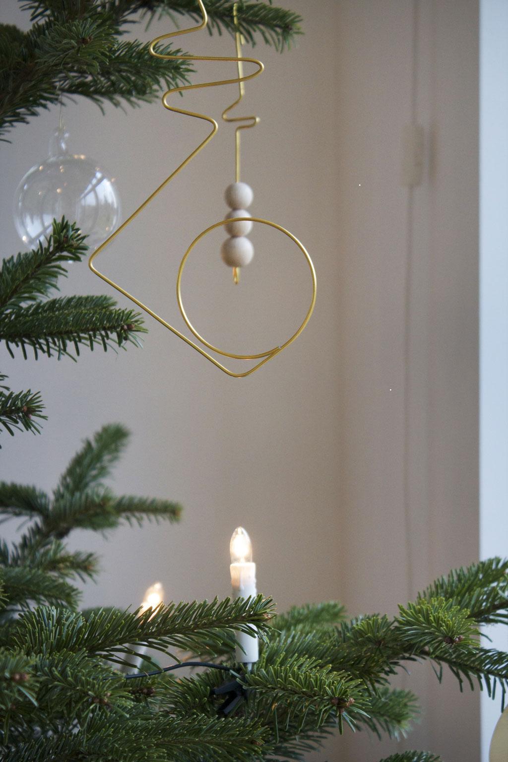dieartigeBLOG - Weihnachtsbaum-Dekoration mit Gold, Glas- und Holzkugeln