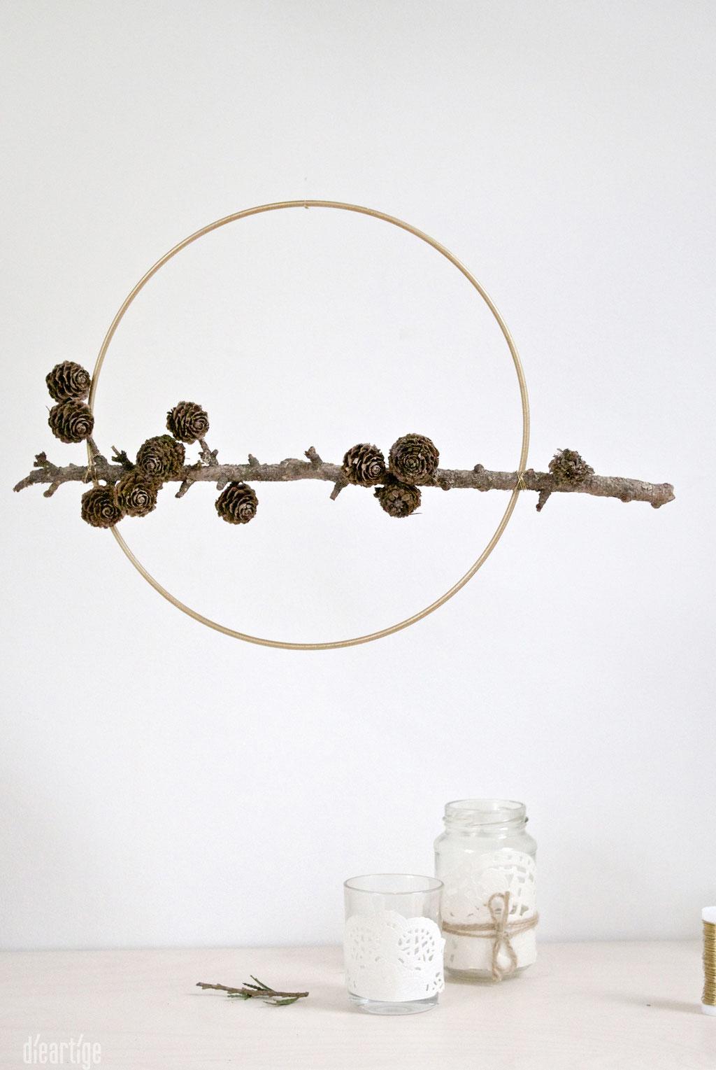 dieartigeBLOG - ein goldener Ring als Rahmen, Naturdeko mit Lärchenzweig, Dekoidee, Weihnachten, Advent, Winter