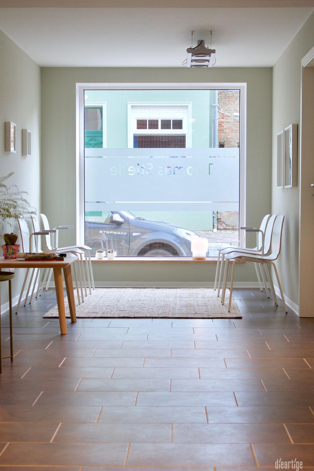 dieartige - Praxisgestaltung, Physiotherapie | Wartebereich, Licht, Juteteppich + weiße Bestuhlung