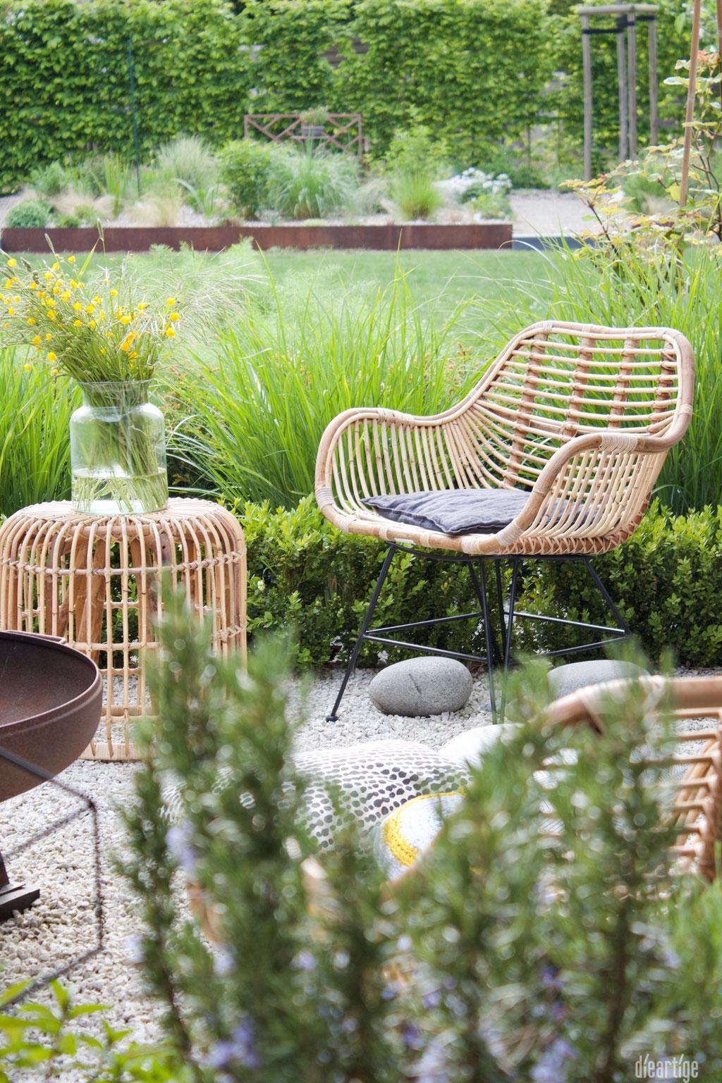 dieartigeBLOG - Rattan-Stuhl, Rattan-Hocker, Wiesenblumen, Garten