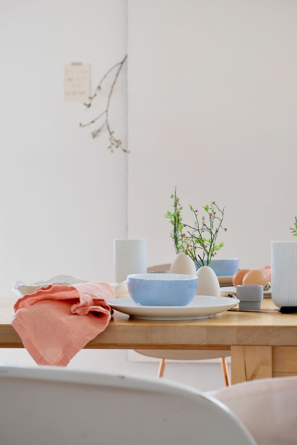 dieartigeBLOG - Ostern -Tischdekoration; fröhliche Farbkombination: Hellblau + Lachs