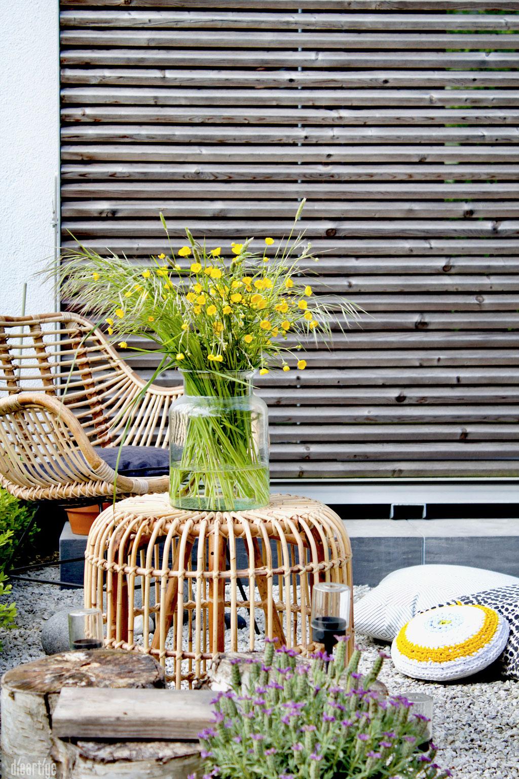 dieartigeBLOG - Rattan-Stuhl, Rattan-Hocker Schiebeladen, Wiesenblumen, gelb, Lumikello