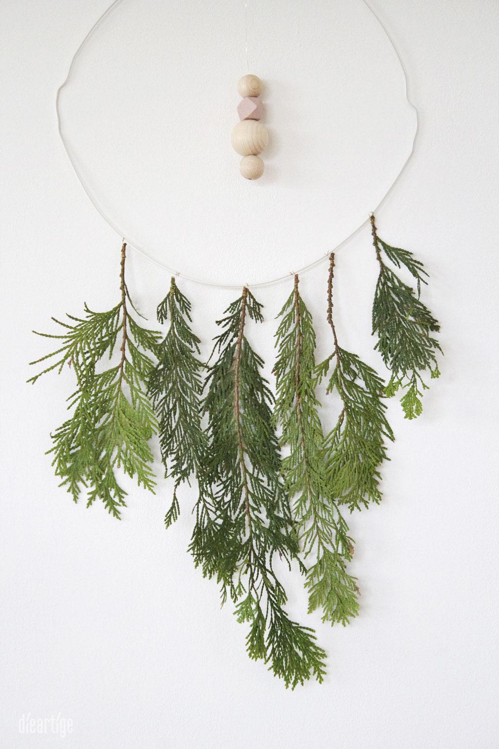 dieartigeBLOG - Mit Thuja, Kleiderbügel + Holzperlen einen winterlichen Traumfänger basteln, Dekoidee, Weihnachten, Advent, Winter