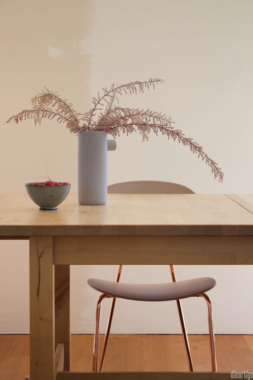 dieartigeBLOG - Tamariske im Keramikkrug auf dem Esstisch + Radieschen
