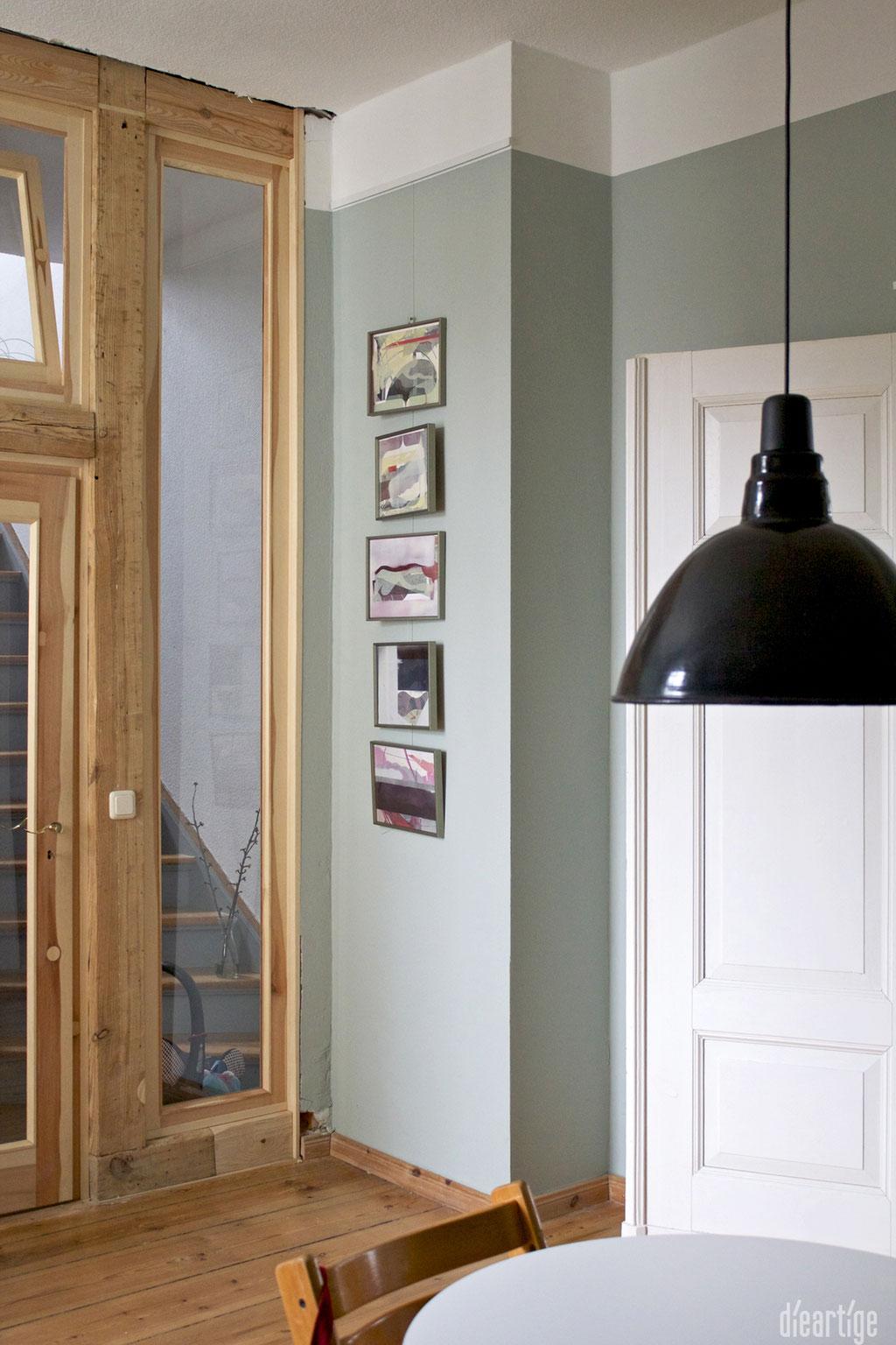 dieartige -Gestaltung | EssZi // Fam. F. | Wandfarbe Graugrün, Holzrahmentür mit integriertem alten Balken, schwarze Industrieleuchten