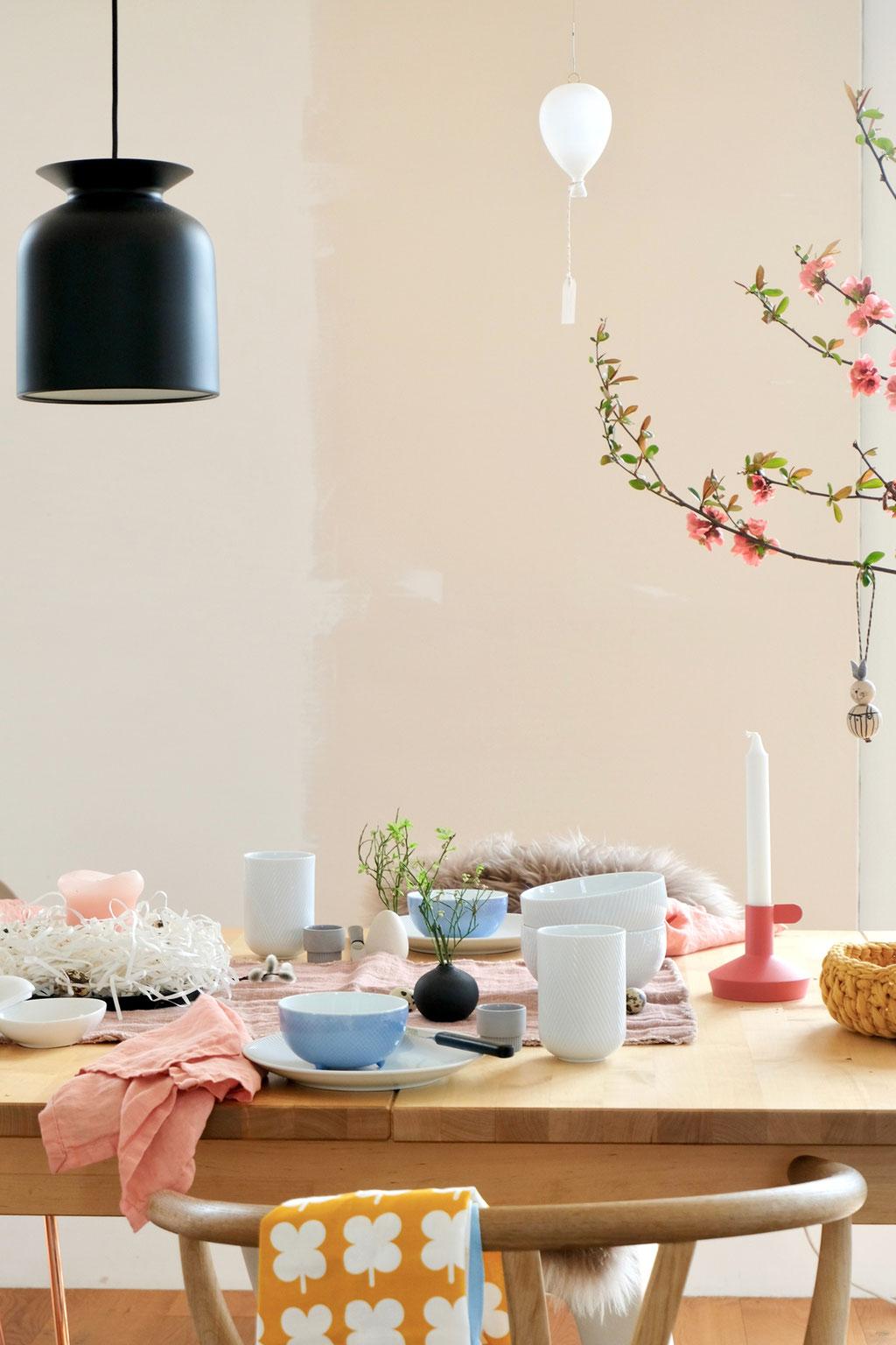 dieartigeBLOG - Ostern -Tischdekoration; weißes + hellblaues Geschirr, etwas Lachs, Koralle und Senfgelb als fröhliche Farbtupfer, #Gubi-Leuchte