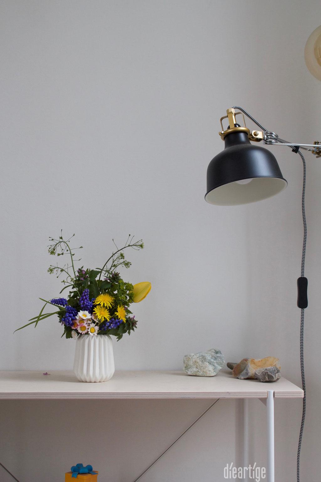 dieartigeBLOG - Wiesenblumen, Frühlingsblumen in Keramikvase, Klemmspot, Regal aus hellem Holz und weißem Metall