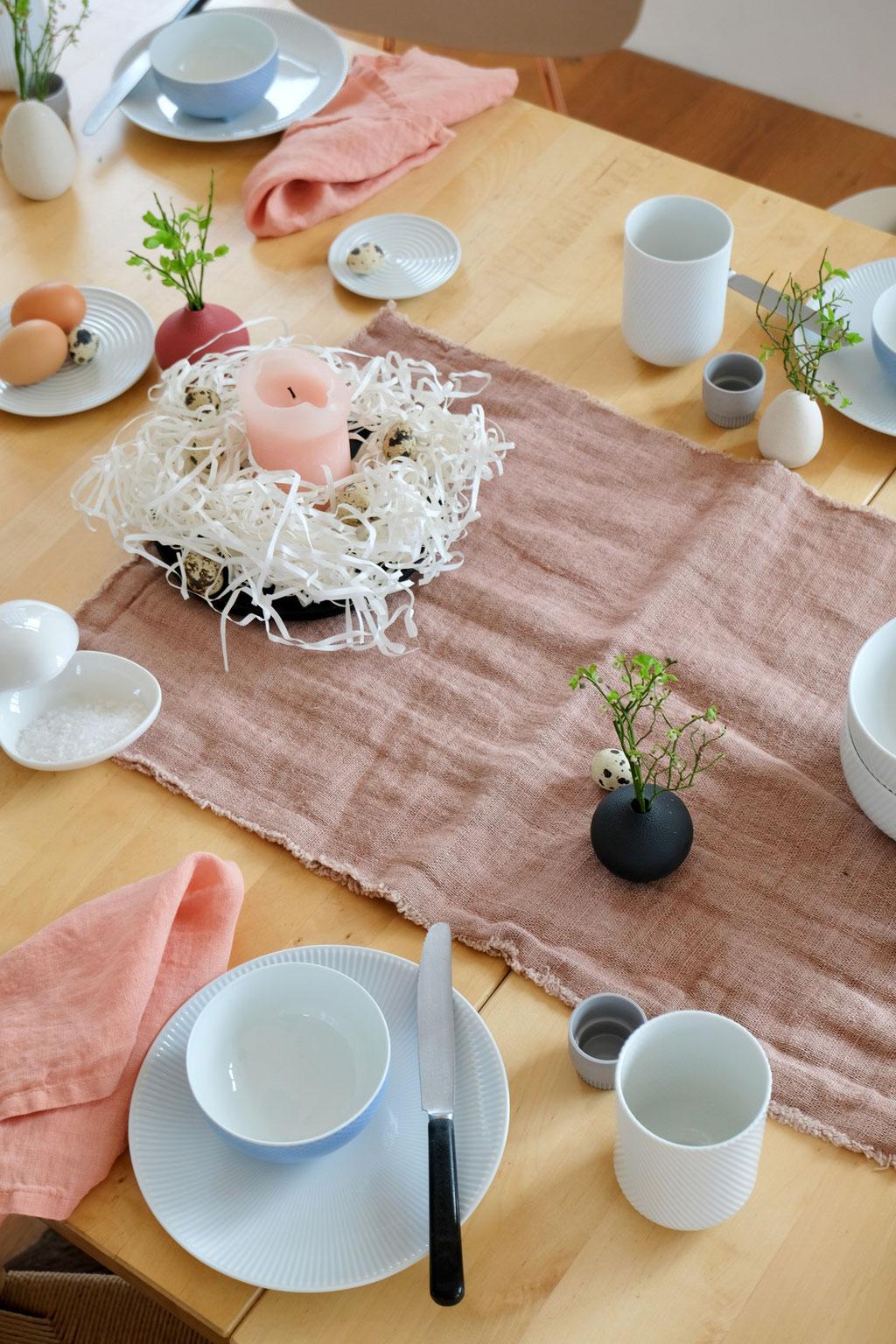 dieartigeBLOG - Ostern -- Tischdekoration; Draufsicht | Pur auf Holztisch mit etwas Leinen