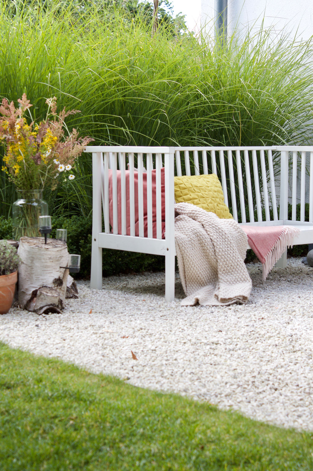 dieartigeBLOG - Wiesenblumenstrauß, Gartenbank mit Kissen in Zitronengelb, Wolldecken, Kies-Terrasse, Gräser