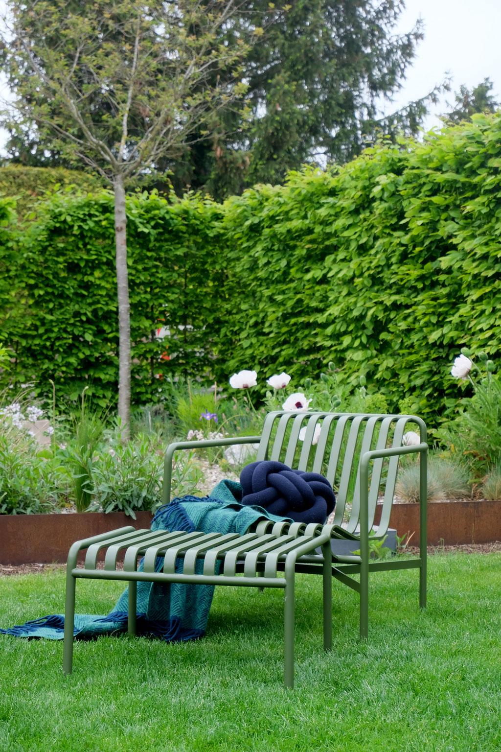 dieartigeGARTEN - Garten-Lounge-Sessel Palissade in Olive von Hay + Knot-Kissen + Klippan-Wolldecke | im Hintergrund der Steppengarten