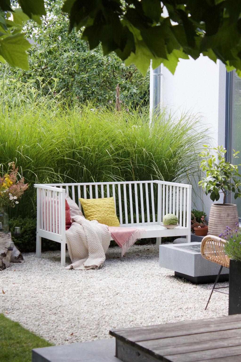 dieartigeBLOG - Gartenbank mit Kissen in Rosa und Zitronengelb + Brunnen