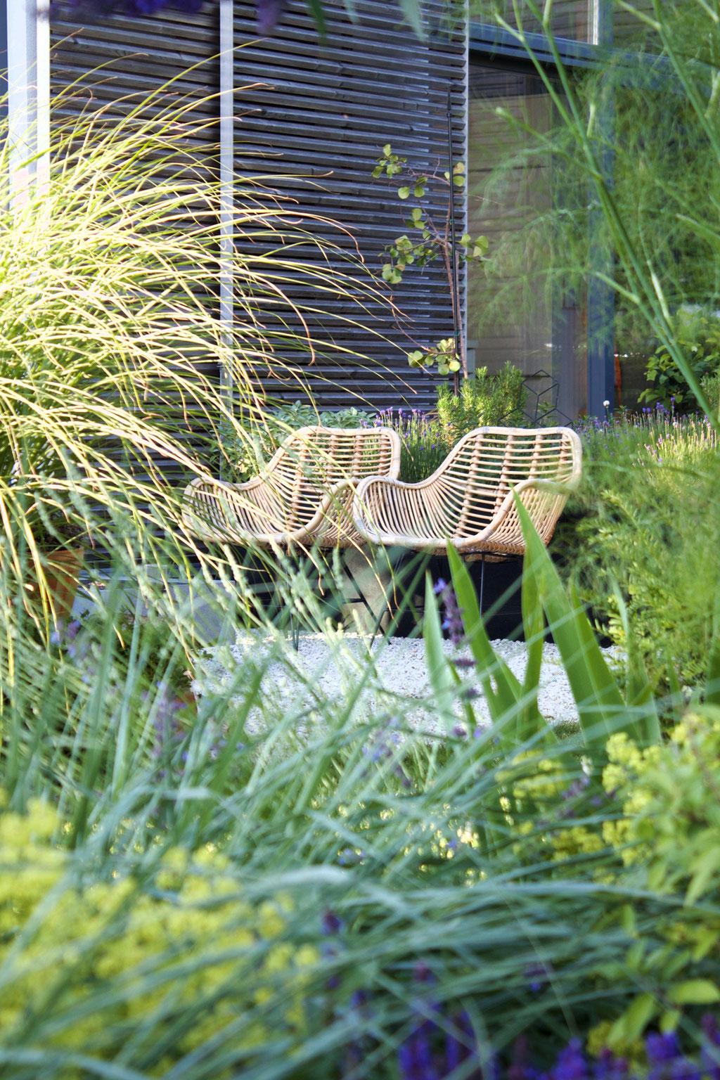 dieartigeBLOG - Rattanstühle, Kies-Terrasse, Garten, Gräser