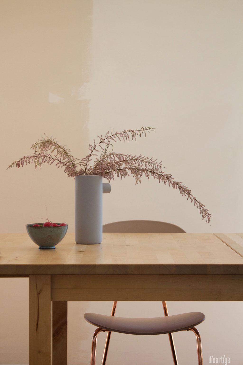 dieartigeBLOG - Tamariske im Keramikkrug auf dem Esstisch